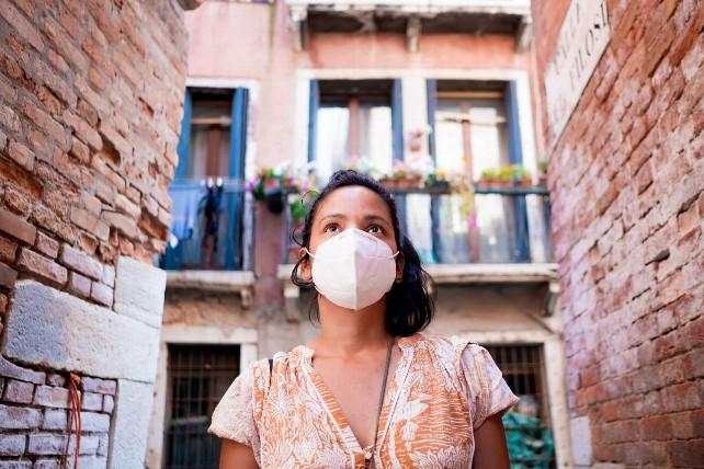 turista-covid-pandemia-joven-mascarilla-mujer