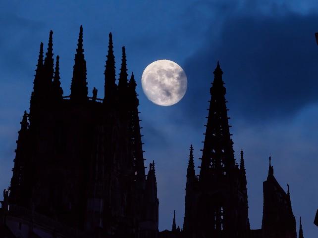 burgos-catedral-noche-luna-cielo