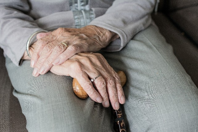 manos-persona-mayor