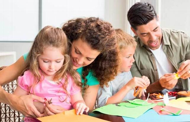 familia-haciendo-actividades
