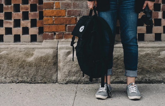 nino-colegio-mochila
