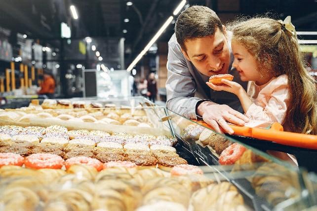 familia-compras-comida-dulces-padre-nina