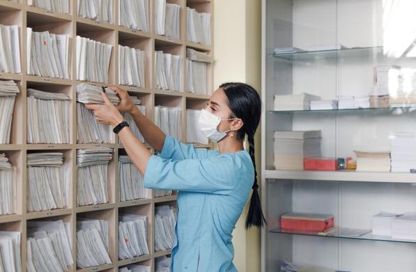 mujer-trabajo-administrativa-hospital