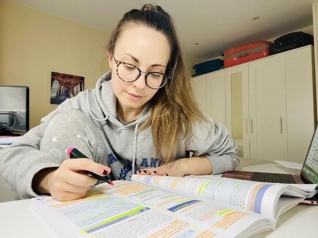 estudiar-apuntes-carrera-estudiante-mir-oposiciones