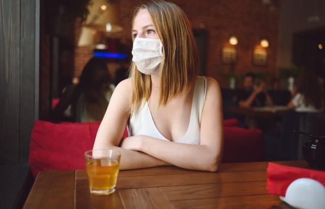 mujer-bar-pandemia