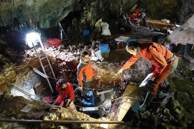 cueva investigar yacimiento