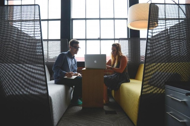 jovenes-trabajo-emprendedores-ordenador