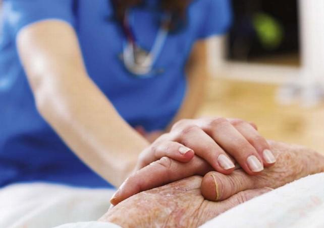 enfermera cuidado anciano residencia salud sanidad